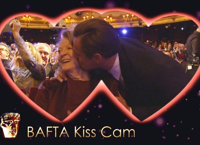 leonardo dicaprio gives maggie smith kiss as v day gift at baftas 4ba01