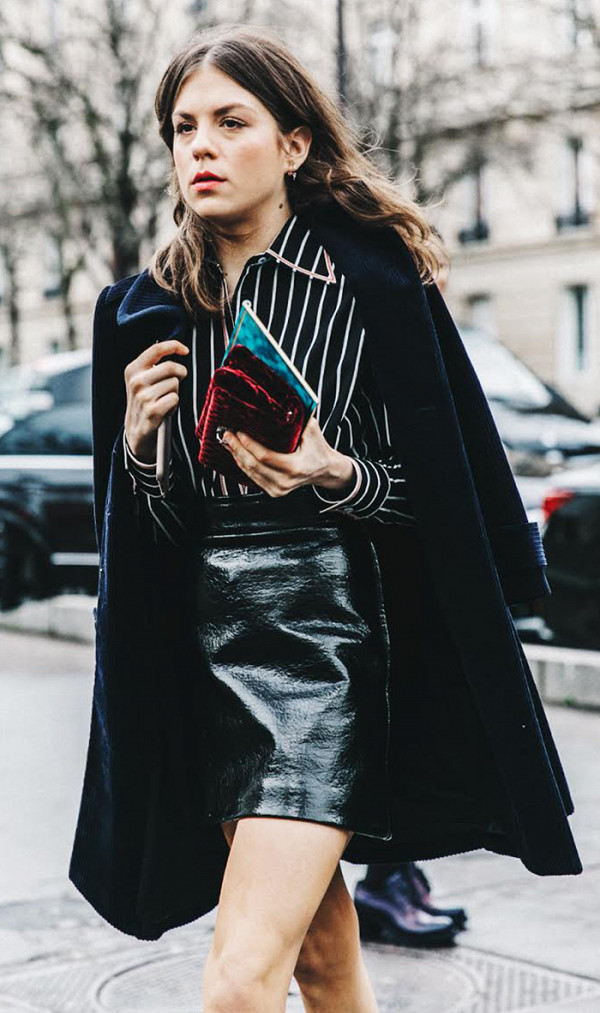 f2c35c7bc89e Trend alert  Η μίνι φούστα που δεν αποχωρίζονται όλα τα street style ...