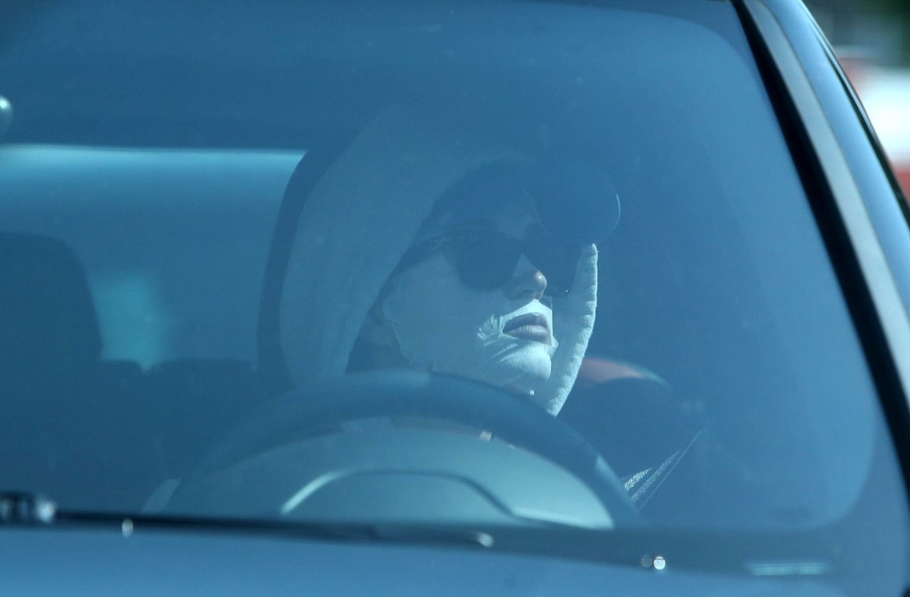 katy perry drives away from beautician in face mask 04