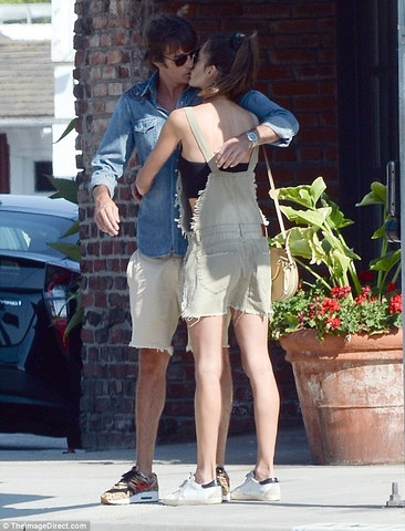 4F172B9700000578 6060251 Passionate clinch On Monday Alessandra Ambrosio was spotted pack m 1 1534267967620