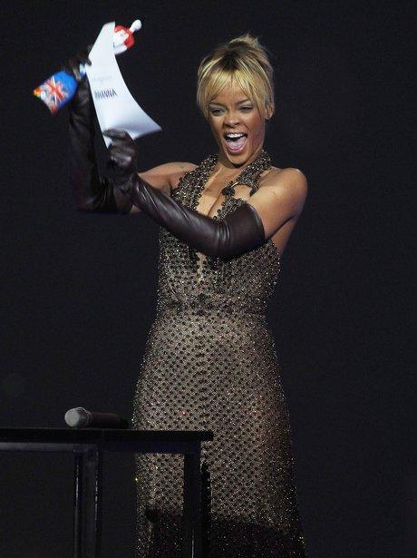 rihanna-brit-awards-2012-1-1329858475-view-1